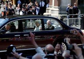 Reina Isabel II en el coche oficial
