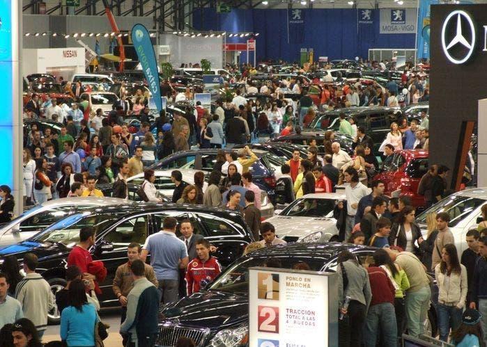 Gente comprando en Feria de automóviles