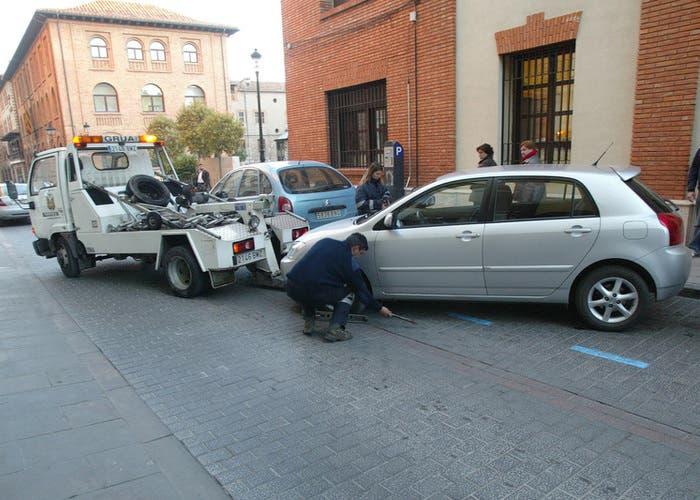 Grúa municipal retira coche mal estacionado