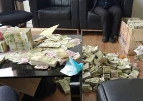 Mesa con billetes