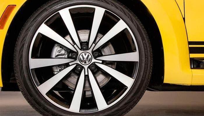 Neumático de perfil bajo en un Volkswagen