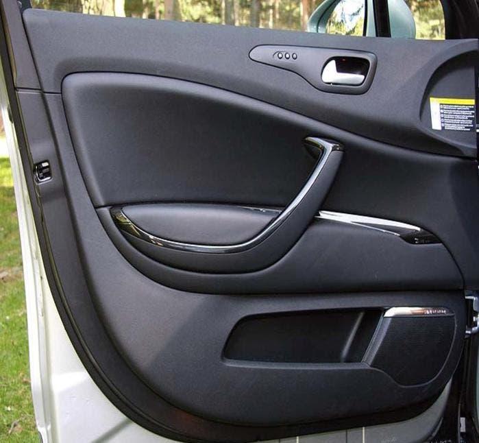Panel interior de una puerta de un coche