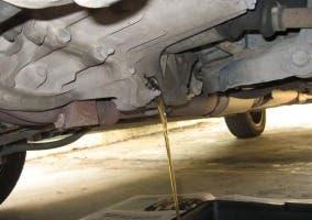 Cárter vaciando el aceite del motor