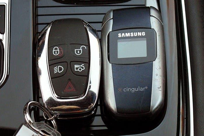 Llaves del coche y móvil antiguo