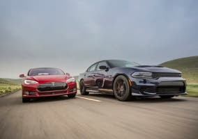Dodge Charger y Tesla Model S en carretera