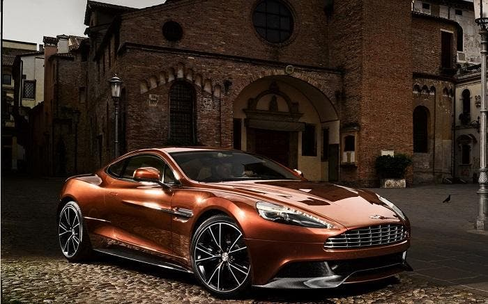 Aston Martin de color marrón brillante