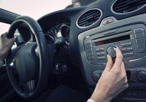Bajando el volumen de la radio del coche