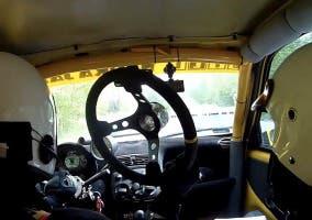 Un piloto de rally pierde el volante en plena etapa