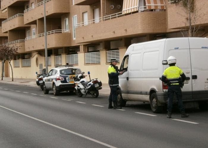 Policía Local reteniendo una furgoneta