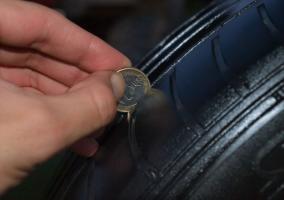 Prueba de la moneda con neumático