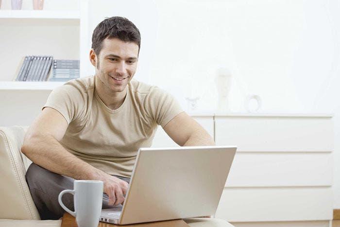 Persona usando un ordenador portátil
