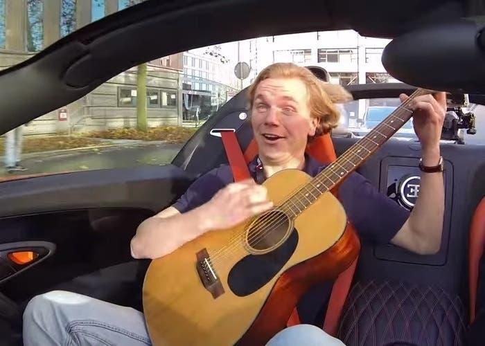 Guitarrista en Bugatti