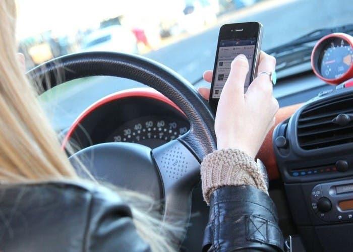 Conducir hablando por el móvil
