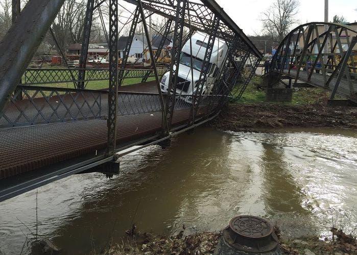 Puente cede ante camión 2
