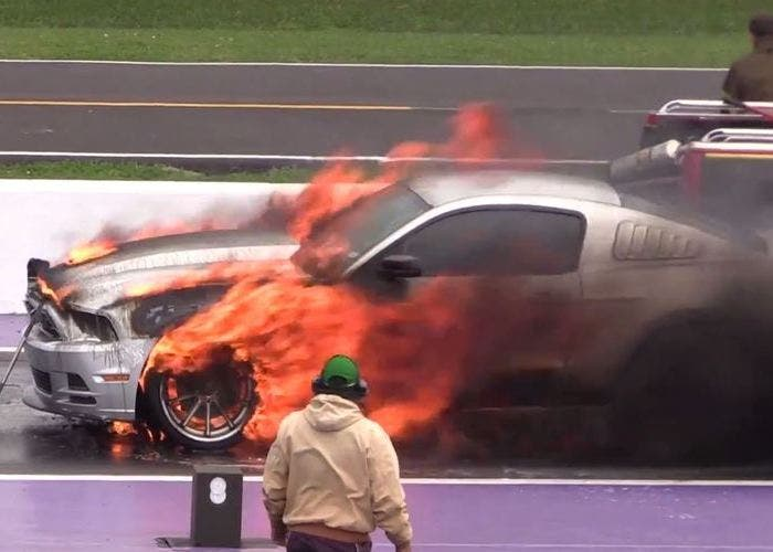 Ford Mustang en llamas
