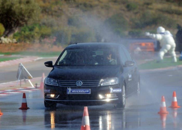 Como frenar en asfalto mojado
