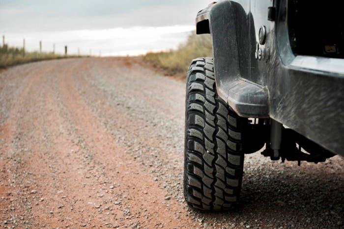 rueda de vehiculo en tierra