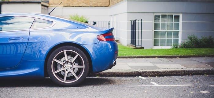 Rueda trasera de coche aparcado
