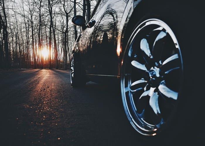 rueda de coche al amanecer